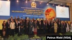 Para delegasi parlemen kawasan Asia Pasifik pada sesi foto bersama pada pertemuan di Surabaya, 12 November 2014 (Foto: VOA/Petrus)