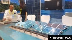 Một doanh nghiệp xúc tiến sản phẩm pin năng lượng mặt trời ở Tp. Hồ Chí Minh.