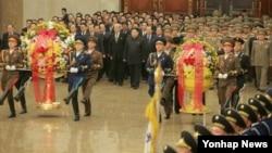 김정은 북한 국방위원회 제1위원장이 지난 1일 김일성, 김정일의 시신이 안치된 평양 금수산태양궁전을 참배하는 것으로 새해 공식 활동을 시작했다.