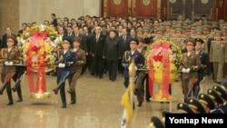 Le leader nord-coréen Kim Jong-Un visite le palais de Sun à Pyongyang, 1er janvier 2016.