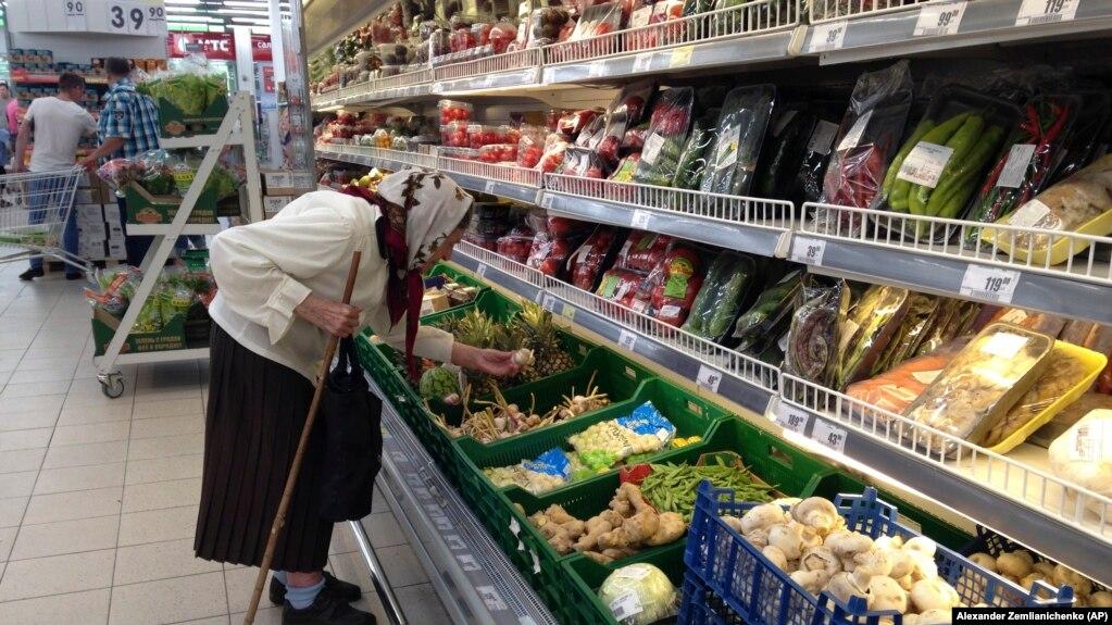 Жінка обирає овочі в супермаркеті в місті Дмітров біля Москви, 2017