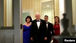 조 바이든 미 부통령과 그의 가족이 지난 2017년 1월 대통령 취임식 무도회에 참석하기 위해 있는 해군천문대(USNO) 안에 위치한 부통령 관저를 떠나고 있다.