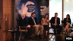 جان لنسینگ (نفر اول چپ) و ستاره درخشش (وسط) رئیس بخش فارسی صدای آمریکا که درباره دشواری های اطلاع رسانی به ایران سخن می گوید.