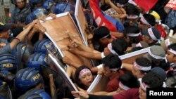 Para pengunjuk rasa bentrok dengan polisi yang menghalangi mereka untuk pawai menuju lokasi pelaksanaan KTT APEC di Manila (18/11).