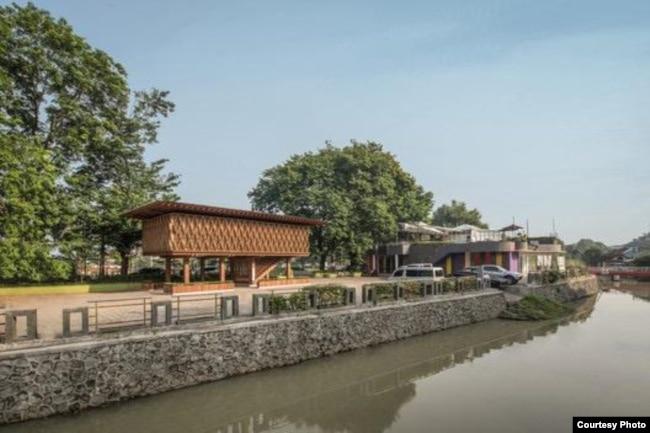 Desain Microlibrary Warak Kayu disinergikan dengan bangunan lain yang sudah ada di kawasan Kampung Pelangi. (Foto: Kei/fotografer SHAU Indonesia)