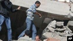 붕괴된 건물에 묻힌 사람들을 구조하는 반 주(州) 타반리 마을 주민들
