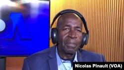 Pierre Claver Mbonimpa dans les studios de VOA, Washington, le 23 octobre 2017 (VOA/Nicolas Pinault)
