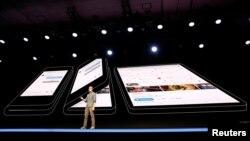 """Glen Murphy, kepala Android UX Google, berbicara dalam acara peluncuran ponsel pintar Samsung terbaru, """"Infinity Flex"""", yang bisa dilipat, di San Francisco, 7 November 2018."""