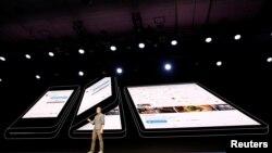 "Glen Murphy, kepala Android UX Google,dalam presentasi ponsel lipat Samsung ""Infinity Flex"" di San Francisco, 7 November 2018."