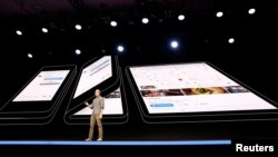 "Glen Murphy, Head of Android UX at Google, speaks during the unveiling of Samsung's new ""Infinity Flex"" foldable display, during the Samsung Developers Conference in San Francisco, California, U.S., November 7, 2018. (REUTERS/Stephen Lam)"