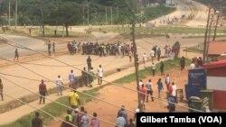 Des jeunes manifestants bloqeunt les principaux acces au centre ville d'Abuja, Nigeria, le 21 octobre 2020. (VOA/Gilbert Tamba)