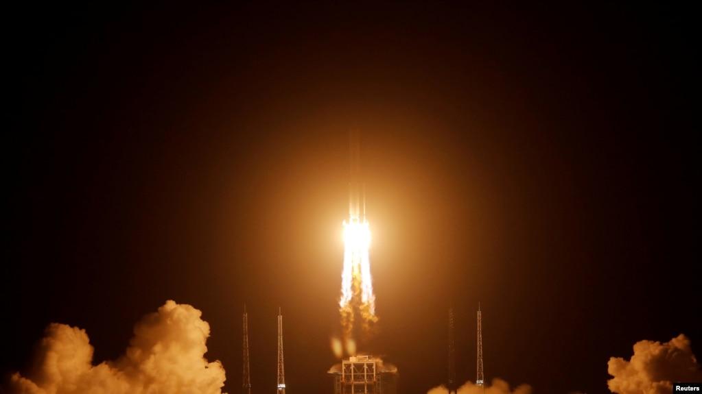 携带嫦娥5号探月器的长征5号火箭2020年11月24日发射升空(路透社)(photo:VOA)