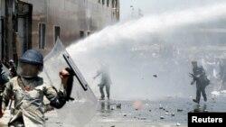 Warga Afghanistan melempar batu ke arah petugas keamanan dalam aksi protes di Kabul, Afghanistan, 2 Juni 2017.