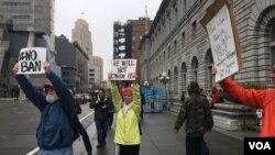 民眾在舊金山的聯邦第九巡回上訴法院外面抗議旅行禁令。