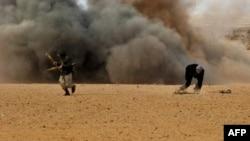 Kaddafi yanlısı kuvvetler Ras Lanuf'u bombalarken isyancılar kendilerine siper arıyor