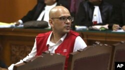 Neil Bantleman bereaksi terhadap vonis yang dijatuhkan kepadanya oleh Pengadilan Negeri Jakarta Selatan (2/4).
