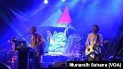 Paksi Raras Alit (kiri) sebagai vokal, penulis lirik dan komposer, pemain keyboard dan perkusi Kelompok Mantradisi yang melagukan puisi Jawa dengan musik tradisi baru ketika tampil pada Ngayogjazz ke-11, Sabtu (18/11/17).