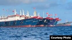 菲律宾海警队提供的2021年3月27日大批中国船只停泊在牛轭礁(Whitsun Reef)的照片