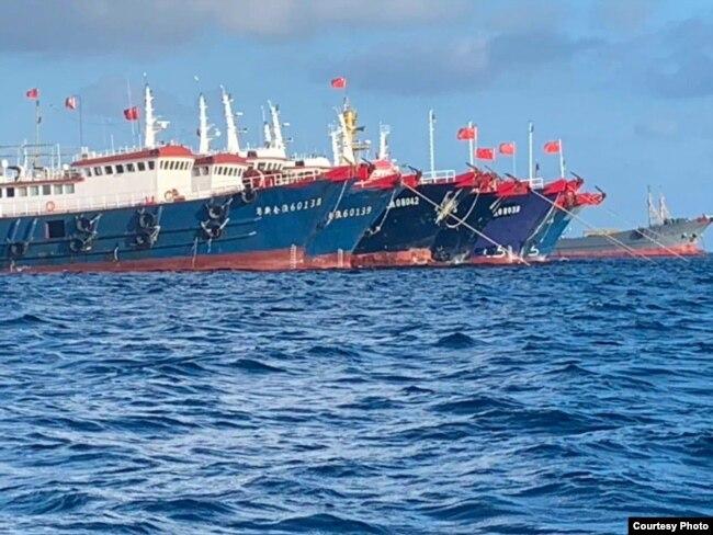 大批中国船只停泊在南中国海有争议的惠特森礁 (中国称牛轭礁,菲律宾称朱利安·费利佩礁)(Whitsun Reef)。(2021年3月27日)