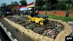 Polisi memusnahkan ribuan botol miras oplosan di Tangerang Selatan, 13 April 2018.