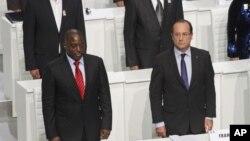 Le président congolais Joseph Kabila, à gauche, et son homologue français François Hollande, à droite, lors de la séance d'ouverture du Sommet de la Francophonie, à Kinshasa, RDC, 13 octobre 2012.