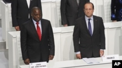 法国总统奥朗德和刚果民主共和国总统卡比拉在法语国家峰会开幕式上起立