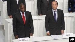 Tổng thống Francois Hollande (phải) và Tổng thống Joseph Kabila trong phiên khai mạc Hội nghị Thượng đỉnh các Quốc gia nói tiếng Pháp, tại Kinshasa, thủ đô DRC, 13/10/2012