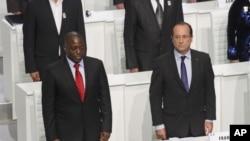 Le président français François Hollande et le président de la RDC Joseph Kabila à l'ouverture du Sommet de la Francophonie, à Kinshasa, en RDC, le 13 octobre 2012.
