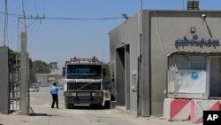 مامور گمرکی حماس در حال بازرسی کامیون در گذرگاه مرزی رفح - عکس آرشیوی