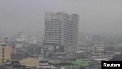 Kabut asap menyelimuti distrik Muang di provinsi Yala, Thailand Selatan (22/10). (Reuters/Surapan Boonthanom)