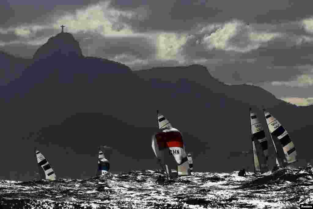 La compétition de voile se déroule en dessous de la statue de Rio de Janeiro, Brésil, le 11 août 2016.
