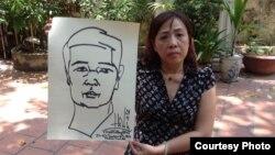 Luật sư Nguyễn Thị Dương Hà cầm bức tranh tự hoạ của TS luật Cù Huy Hà Vũ 1 ngày trước khi ông tuyệt thực. TS Vũ đã tuyệt thực hơn 18 ngày trong nhà tù.