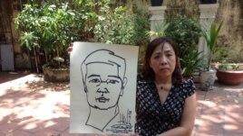 Luật sư Nguyễn Thị Dương Hà cầm bức tranh tự hoạ của TS Vũ 1 ngày trước khi ông tuyệt thực.