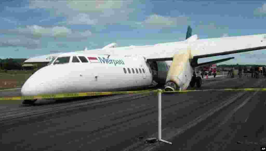 """Olupina kineskog aviona prilikom """"nezgodnog"""" sletanja na aerodrom u Kupangu u Indoneziji."""