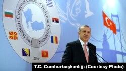 Tổng thống Thổ Nhĩ Kỳ Recep Tayyip Erdogan lên án những ai cáo buộc Thổ Nhĩ Kỳ ủng hộ Nhà nước Hồi giáo.