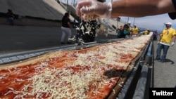 پیتزای ۲۰۰۰ متری رکورد جهانی گینس را شکست - عکس از توئتیر مجله Seventeen