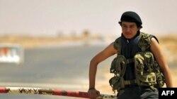 Binh sĩ của phe nổi dậy Libya tại lối vào nhà máy lọc dầu Ras Lanuf