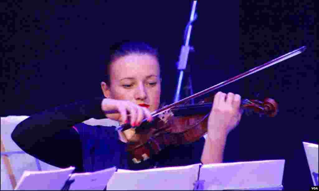 موسیقاروں کے گروپ میں خاتون جرمن موسیقار سبینا بونیو کا ایک انداز