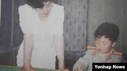 생모로 알려진 고용희 씨(왼쪽)와 함께 있는 어린 시절 김정은. (자료사진)