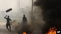 Angry youths burn debris following the removal of a fuel subsidy by the government in Lagos, Nigeria, January 10, 2012.