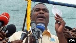 Abel Chivukuvuku num comício da CASA-CE em Luanda