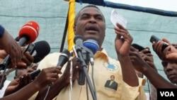 Abel Chivukuvuku num comício da CASA-CE em Luanda durante a campanha de 2012