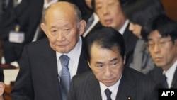 Thủ tướng Nhật Bản (phía trước) đang cố gắng chấn chỉnh tai hại sau khi có sự xuống cấp trong bảng đánh giá khoản nợ quốc gia
