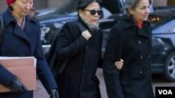 1月20日,嚴雪瑞在律師陪同下走出紐約南區聯邦法院(美聯社圖片)