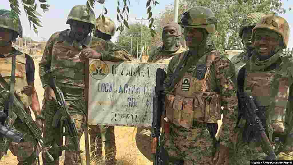 Zaratan sojojin Najeriya a garin Gudumbali dake Jihar Borno a bayan an kwato garin. An samu hoton bayan da zaratan sojojin Najeriya suka sake fatattakar 'yan Boko Haram daga garin dake Jihar Borno