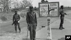 O fundador e líder histórico da FNLA, Holden Roberto (centro) fotografado em Angola, em 1975.