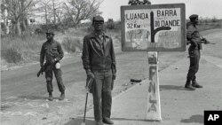 O fundador e líder histórico da FNLA, Holden Roberto (centro) fotografado em Angola, em 1975. Desde a sua morte, em 2007, a FNLA vive uma grave crise de sucessão.