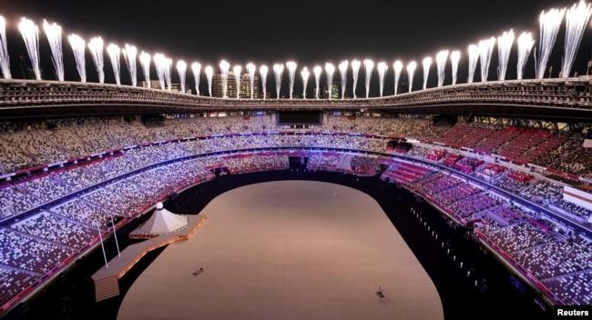 Pháo hoa trong lễ khai mạc Olympic Tokyo.