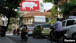 Một bảng quảng cáo ở Hà Nội, kêu gọi người dân không sử dụng sừng tê giác.