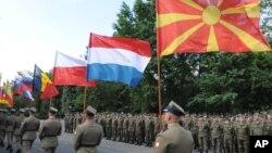 6일 폴란드 바르샤바에서 열린 '아나콘다-16' 훈련 개막식에서 폴란드 군인들이 북대서양조약기구 회원국들의 국기를 들고 행진하고 있다.